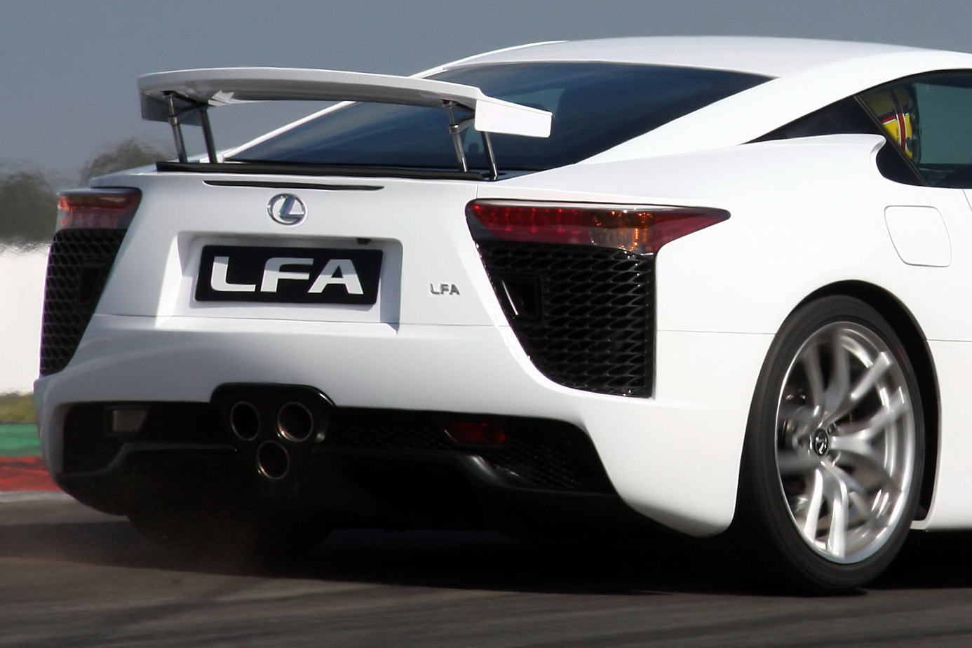lexus lfa a l assaut du monde des supercars plan te. Black Bedroom Furniture Sets. Home Design Ideas