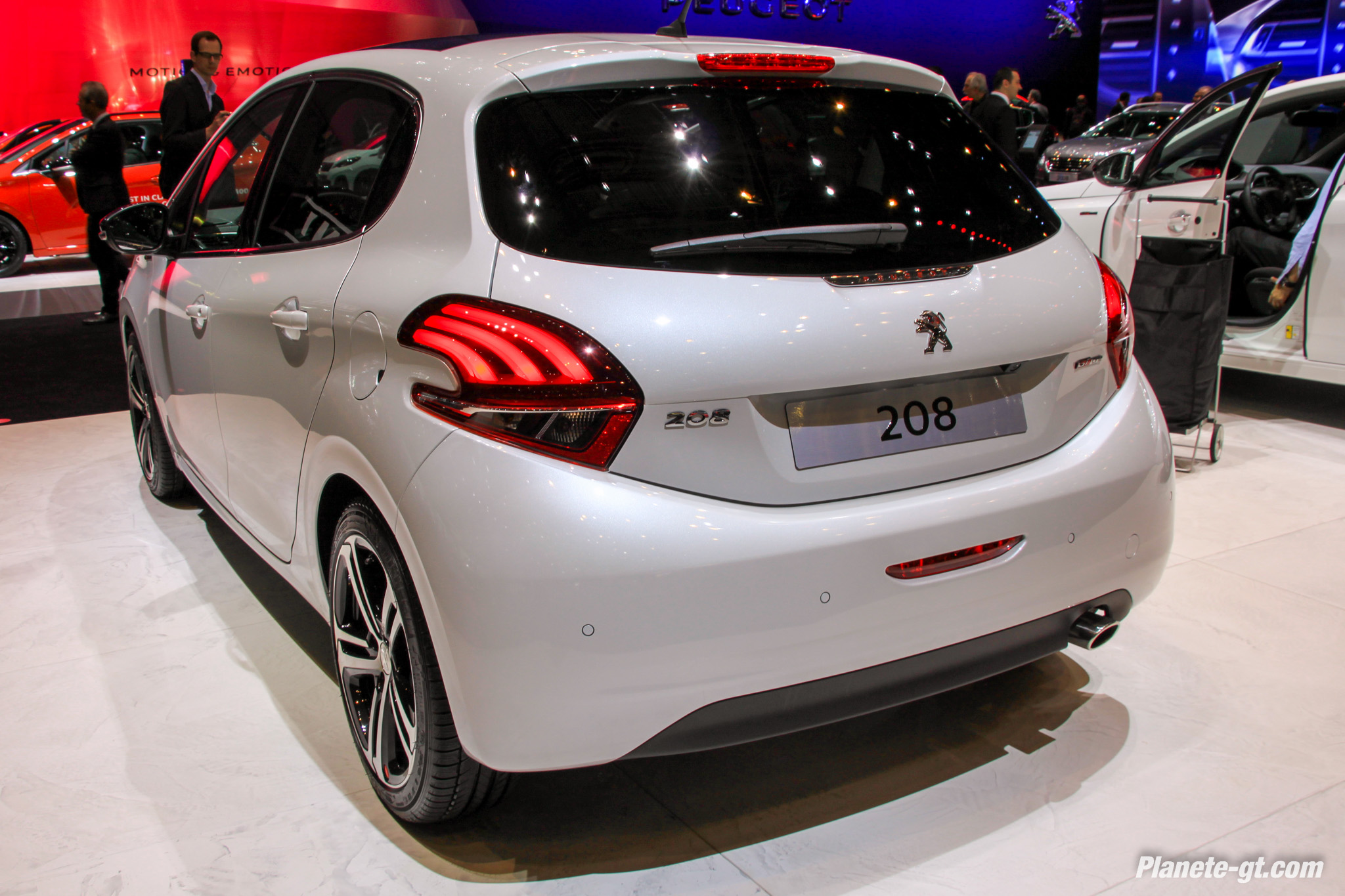 peugeot 208 gt line photos d taill es en live gen ve plan te. Black Bedroom Furniture Sets. Home Design Ideas
