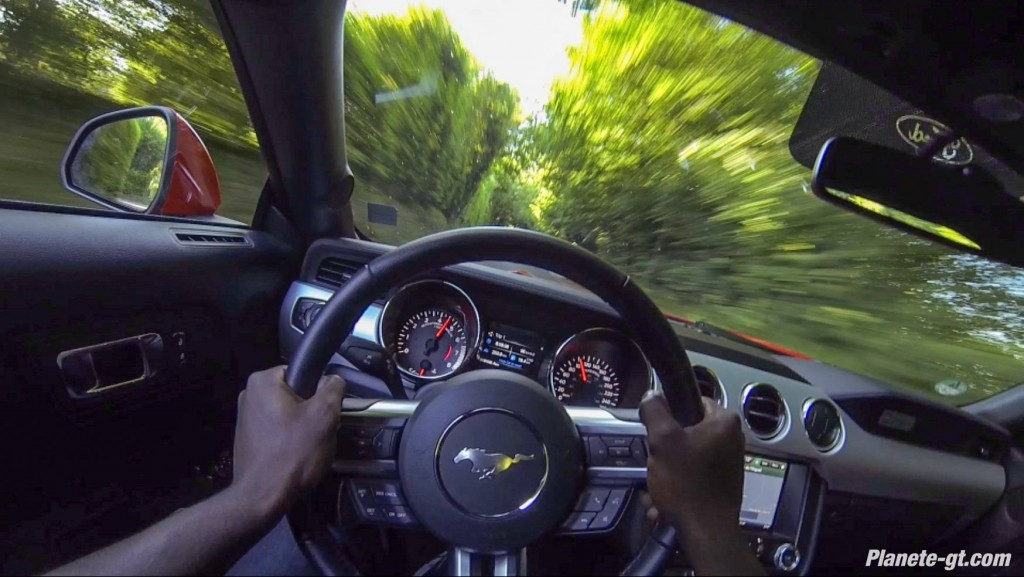 essai-video-ford-mustang-cockpit